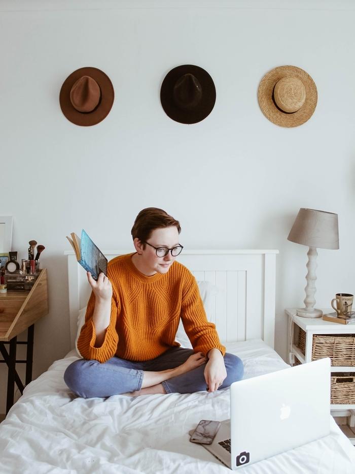 pull jaune moutarde tenue cocooning femme pantalon déco chambre boho scandinave mur chapeaux