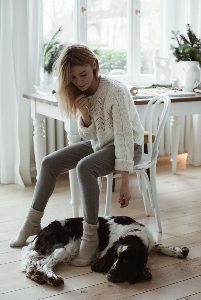 pull over blanc pantalon comfortable gris clair tenue d intérieur femme chaussettes blanches vêtements