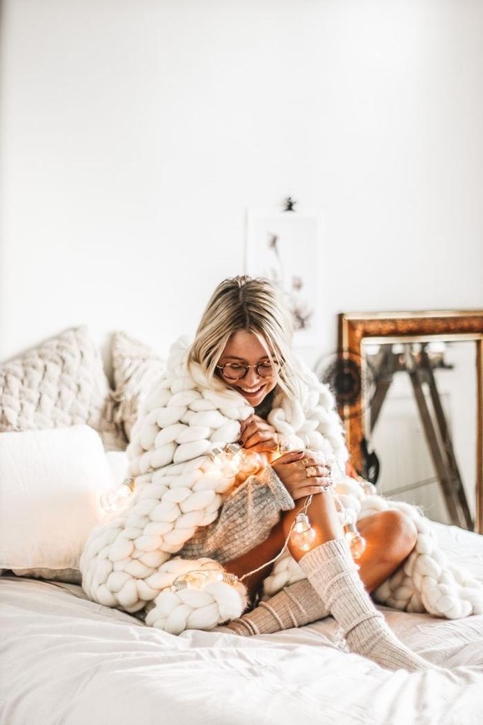 pull oversize robe d interieur plaid grosse maille tunique gris clair chaussette hiver déco lit cocooning