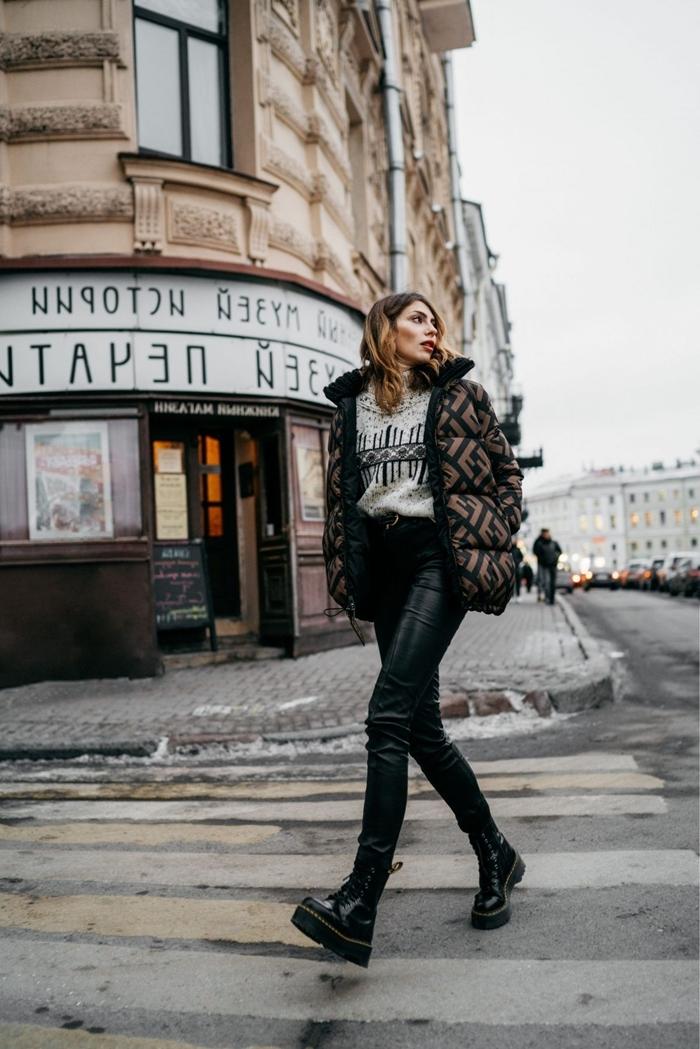 pull streetwear pantalon cuir noir bottines noires veste marron et noir motifs géométriques