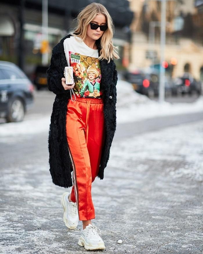 survêtement bas rouge bande rayure sur côté tenue streetwear blouse blanche manteau noir