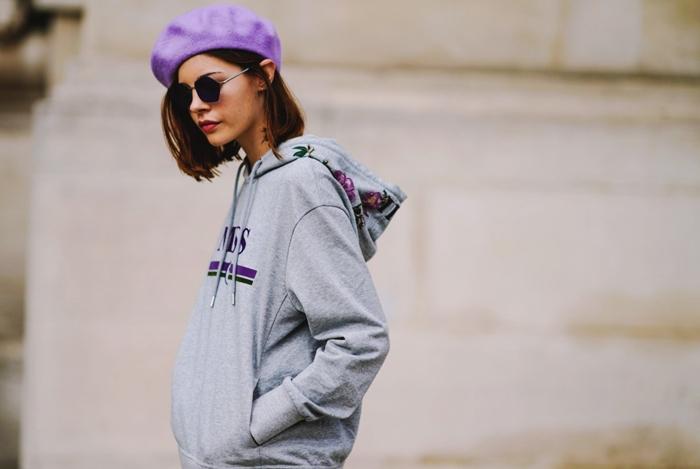 sweat gris logo motifs floraux tenue femme hiver sport beret couleur lavande vetements a la mode