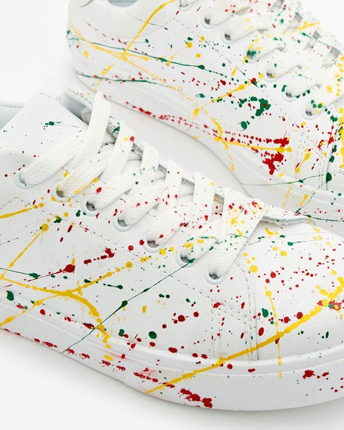 tendance femme baskets blanc avec des dessins multicolores et des lacettes dores
