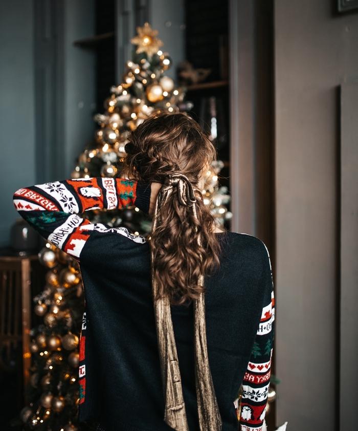 tenue cocooning femme coiffure cheveux ruban doré tresse pull blouse noel noire manches motifs noel