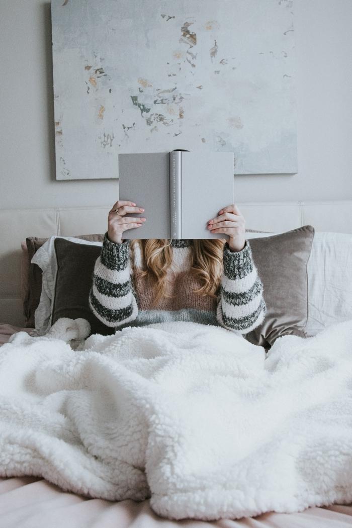 tenue détente femme pull couleurs pastel vêtements chauds intérieur style minimaliste chambre cocooning