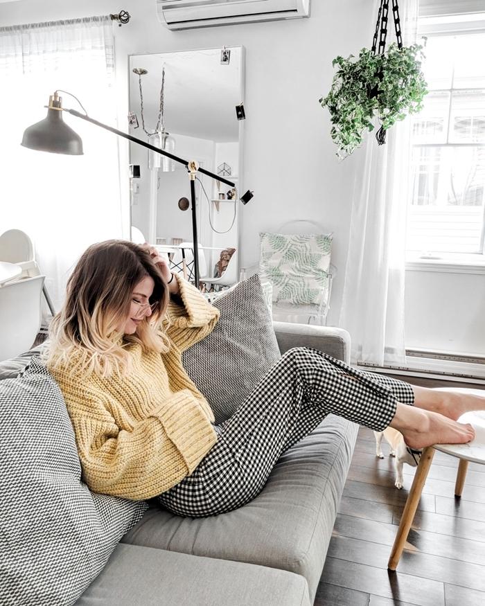 tenue d intérieur femme chic pull jaune oversize manches longues pantalon comfy blanc et noir motifs carreaux