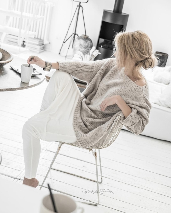 tenue d intérieur femme chic pull oversize gris clair pantalon fluide blanc bracelet chignon bas vêtements femme comfy