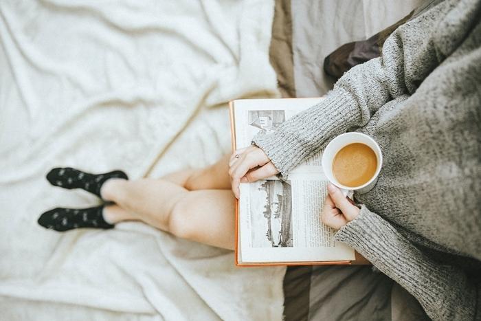 tenue d intérieur femme pull oversize tunique chaussette noire motifs étoiles blanches déco cocooning