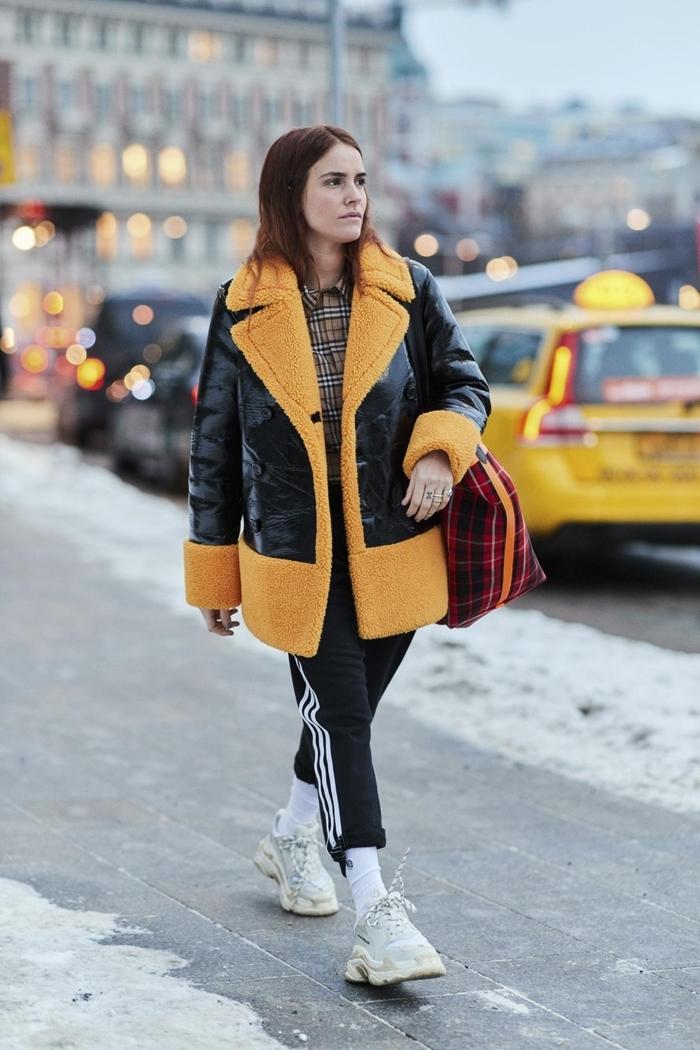 tenue streetwear bas survêtement noir rayures bande blanche veste noir et jaune moutarde tendance mode