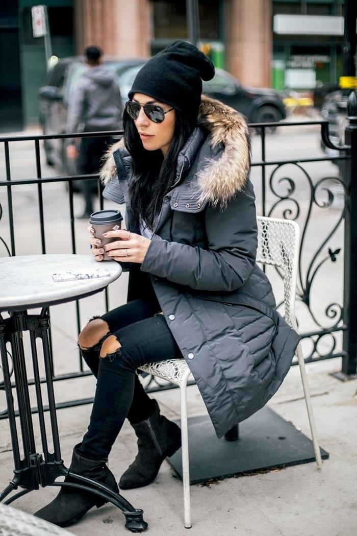 tenue streetwear femme bonnet noir lunettes de soleil jeans troués slim bottines noires