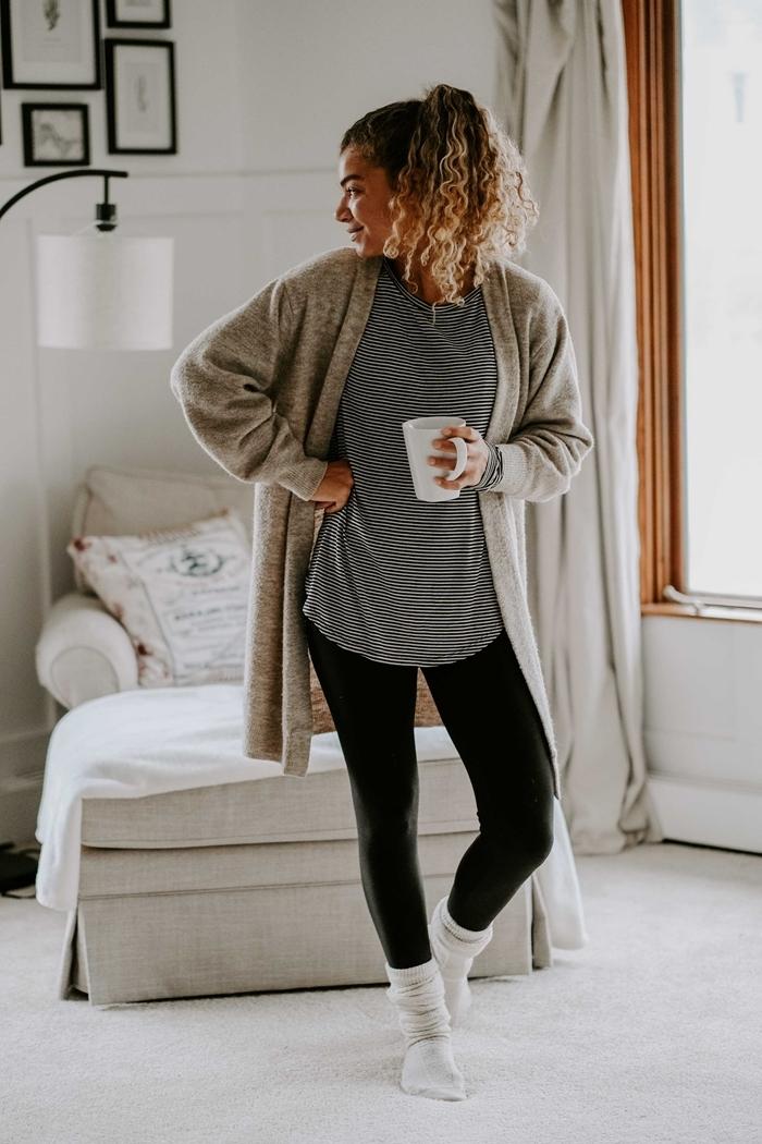 vêtements confortable blouse tunique rayures gilet gris hiver tenue détente femme leggings noir chaussette blanches