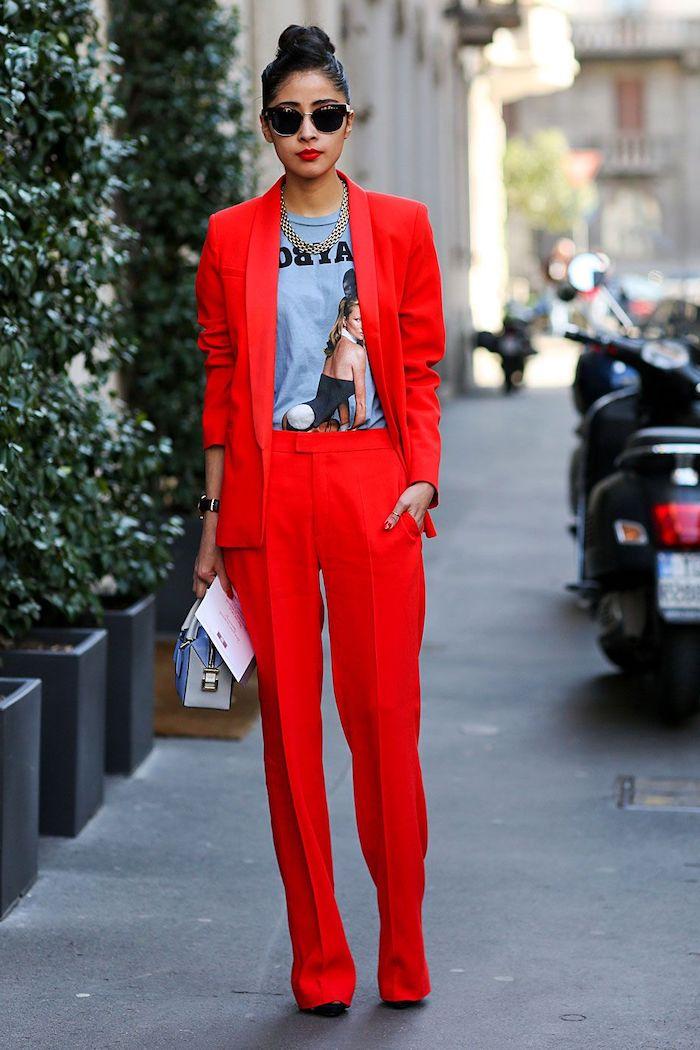 ensemble blazer femme avec un pantalon long rouge des lunettes de soleil et un t shirt imprimée une femme)avec un sac a main