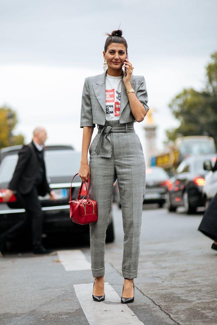 ensemble blazer pantalon avec un sac a main rouge une femme dans le parking avec les cheveux en chignon