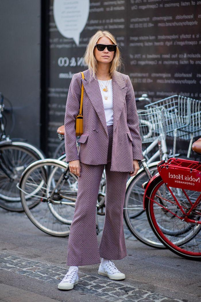 ensemble veste pantalon femme imprimée aux carreaux une femme devant une station des velos