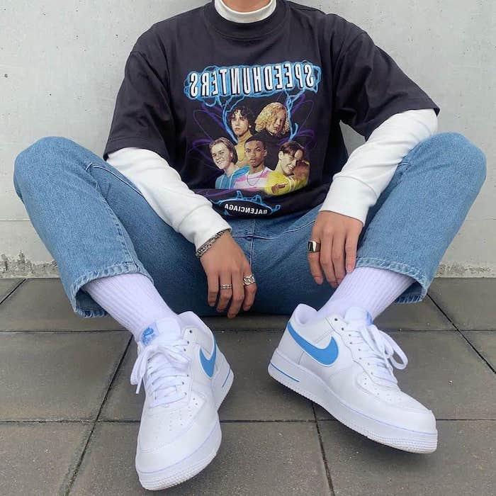 street style femme avec des baskets chers nike des chaussettes blanches et une jean clair
