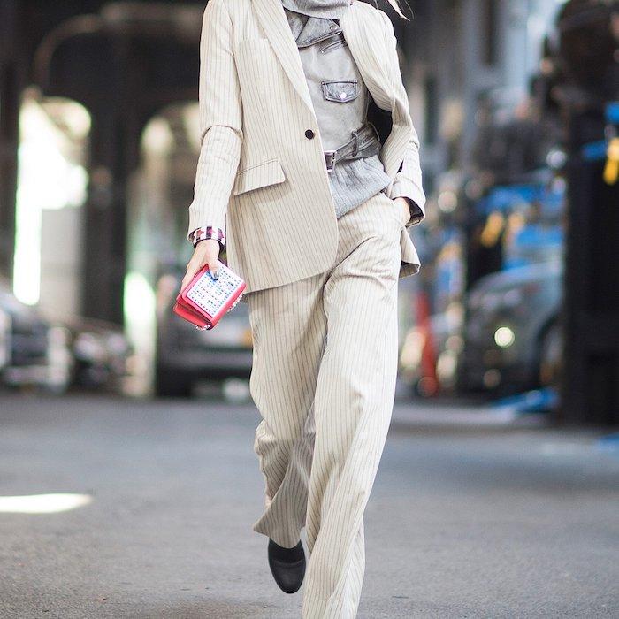 tailleur blanc femme en rayures avec une chemisier en denim et une ceinture au dessus