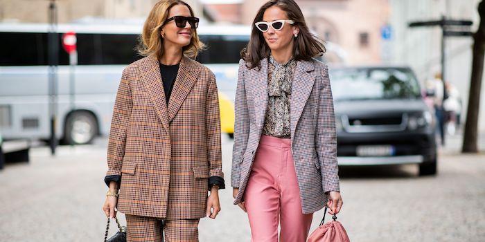 tailleur pantalon femme chic comment combiner les differentes parties pantalon rose et une veste multicoloré