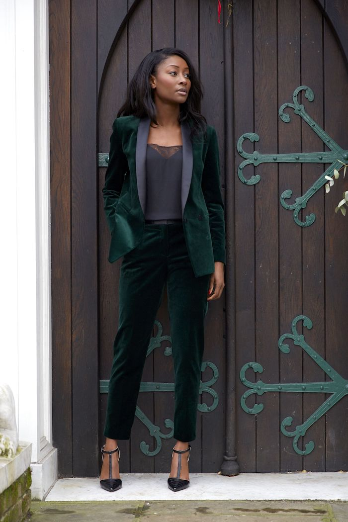 tailleur pantalon femme chic en velour vert une fille devant une grande porte en bois