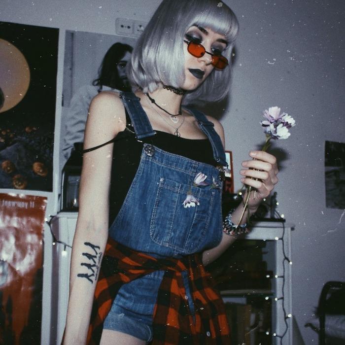 tenue a la mode d une jeune fille aux cheveux argentine une salopette en jean et chemise a carreaux autour de la taille