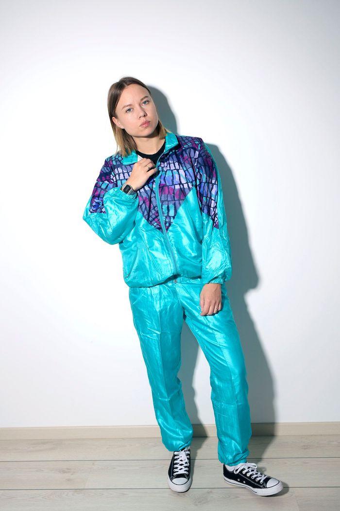 tenue de sport femme tendance un equipe de sport bleu clair avec des elements violet et des sneakers