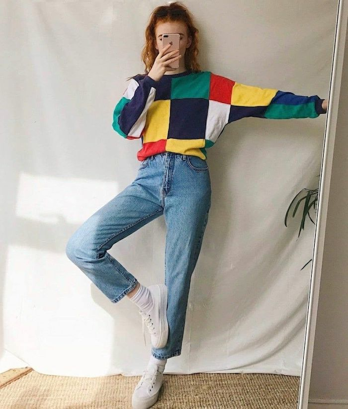 un jean a taille haute et un pull multicolores portes par une fille ado avec les cheveux en queue de cheaval