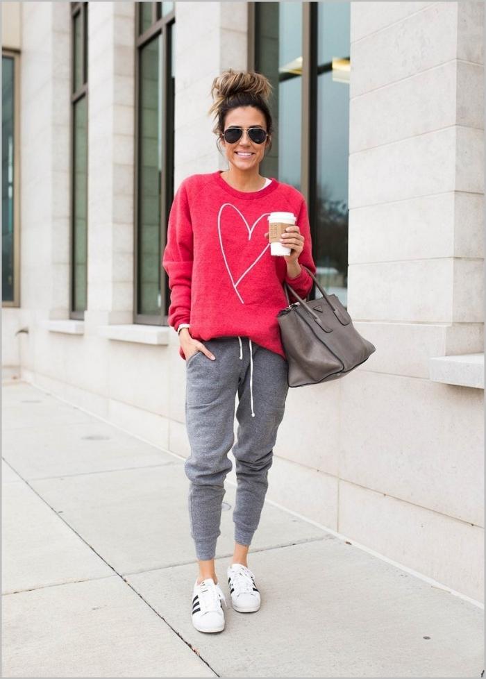 baskets blanches adidas marques vêtementes jogging nike gris femme blouse rose fuschia dessin coeur