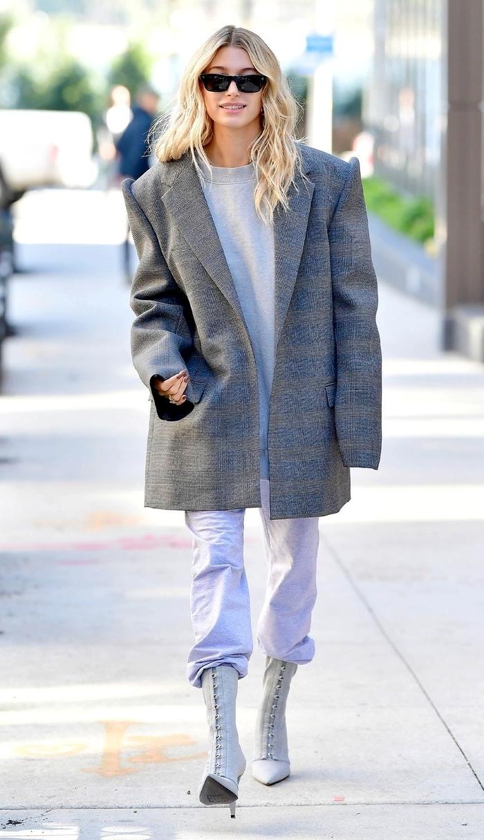 blazer oversize gris femme blouse gris clair lunettes soleil look jogging femme chic mode célébrité