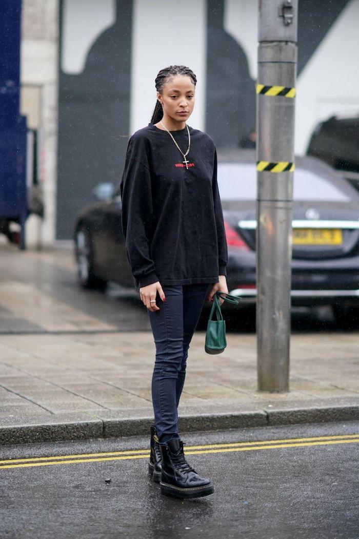 bottes doc martens avec un jean skinny noir un pull noir et mini sac a main vert