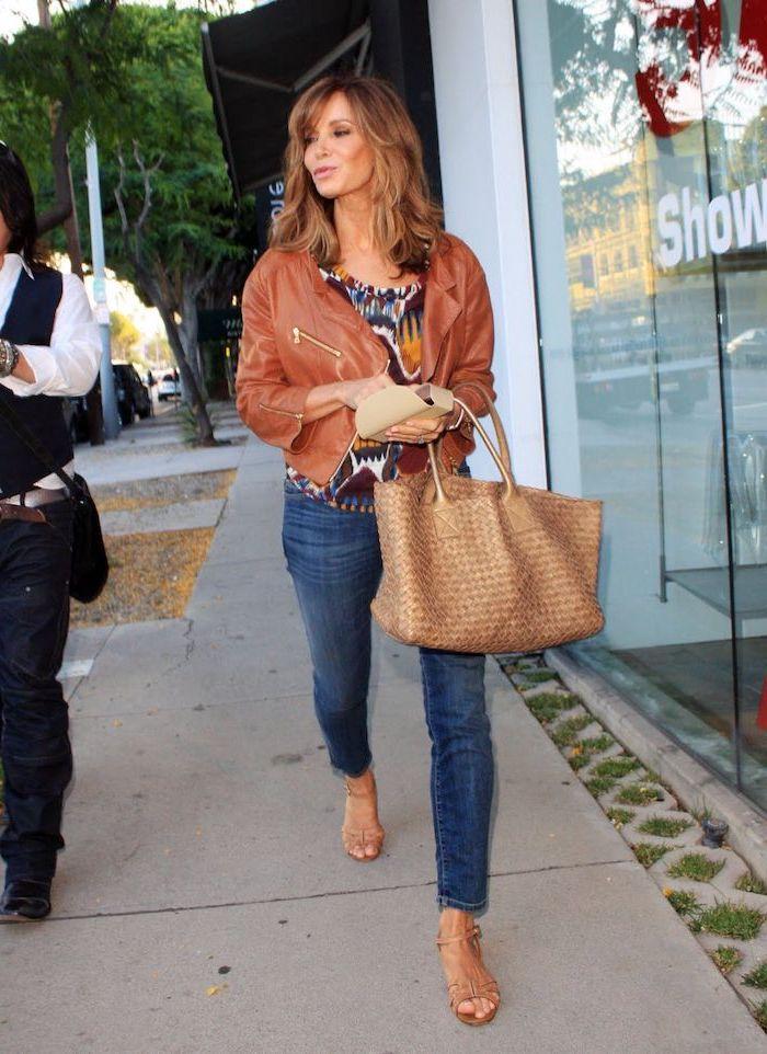 chemise colorée motifs geometriques et floraux veste en cuir marron jean femme denim look tendance