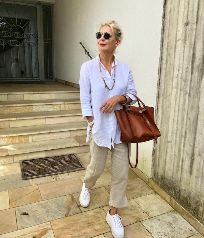 chemise coton blanche oversize pantalon beige baskets blanc sac à main cuir marron vetement femme 60 ans chic moderne