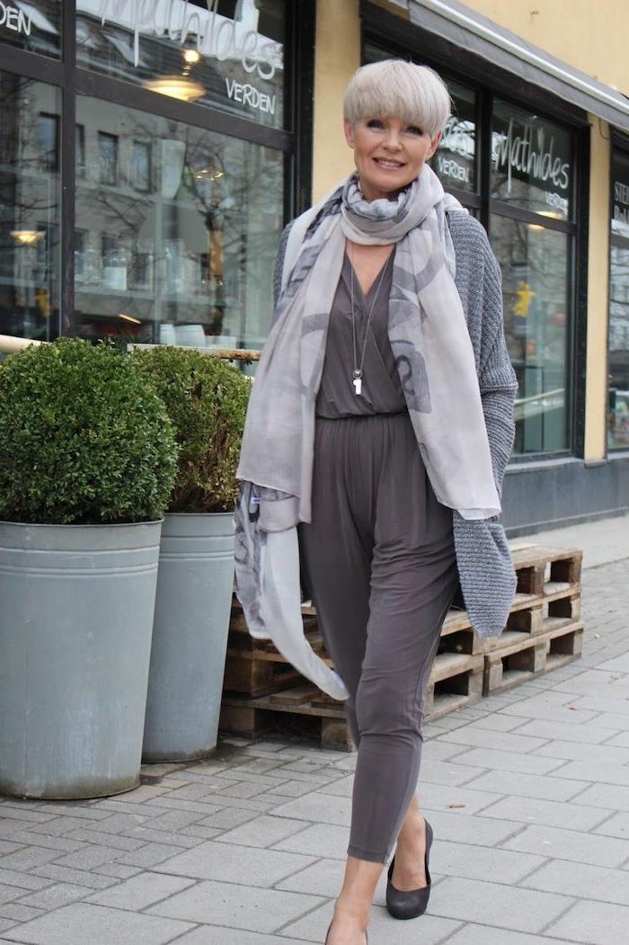chemise et pantalon gris gilet gris écharpe matière légère garde robe idéale femme 60 ans stylée