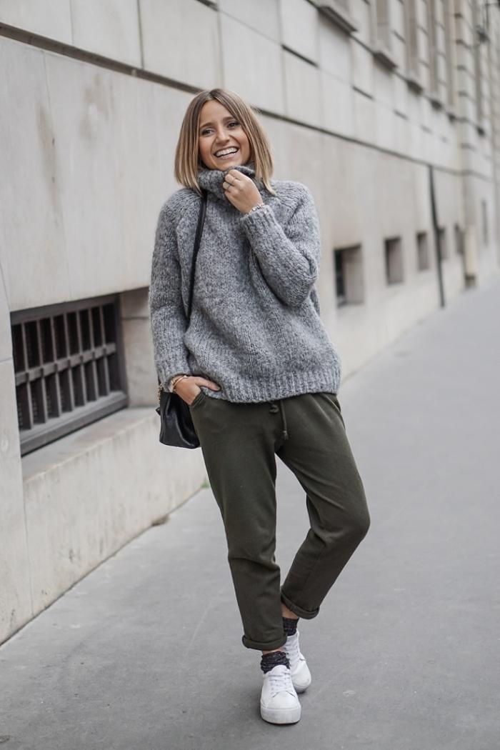 couleur vert de gris kaki pantalon jogging femme pull oversize gris baskets blanches femme