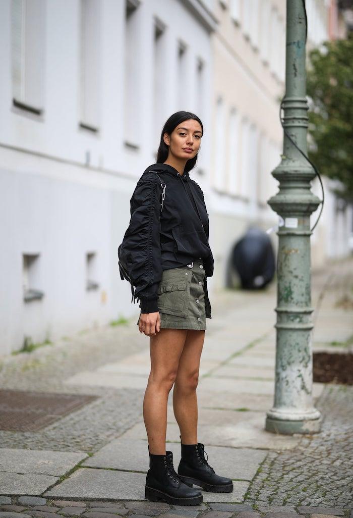 doc martens femme look avec une jupe courte et un pull noir