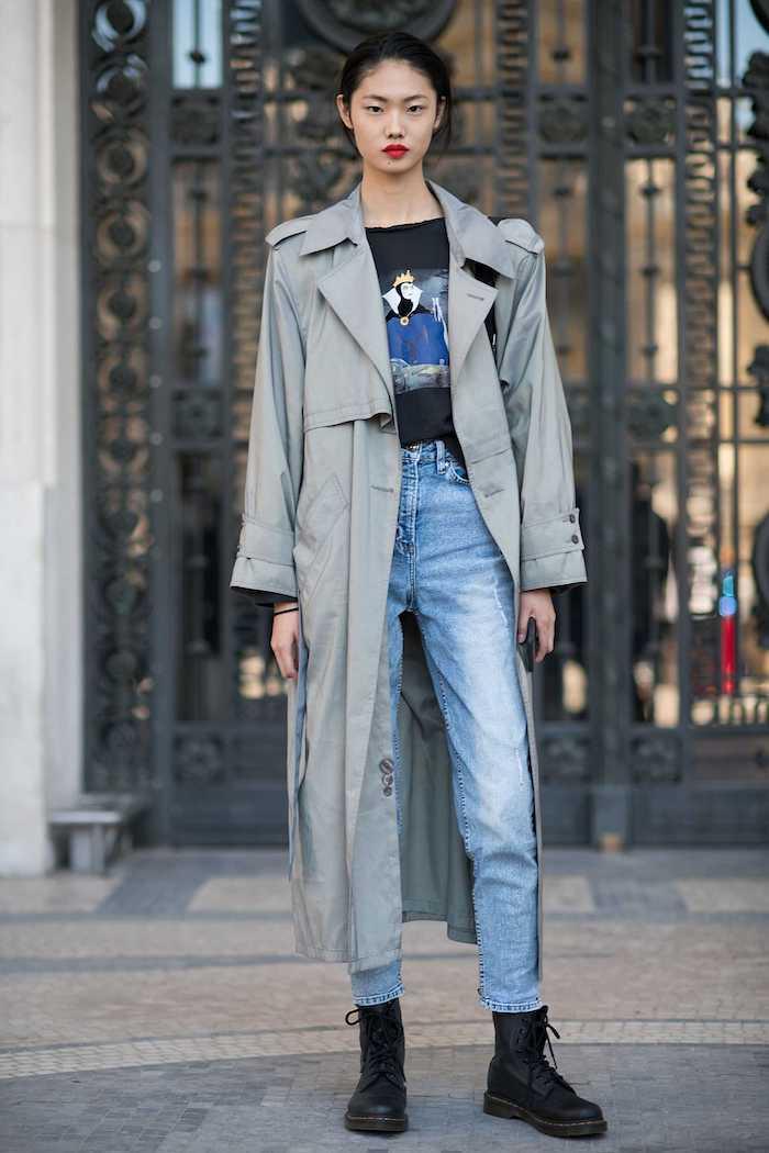 doc martens femme noir avec un manteau ample jean bleu)clair et un t shirt imprimé