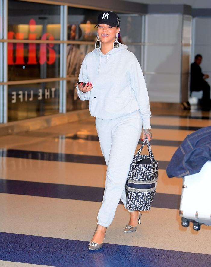 ensemble jogging femme mode vêtements confort célébrité rihanna casquette noire chaussures talons