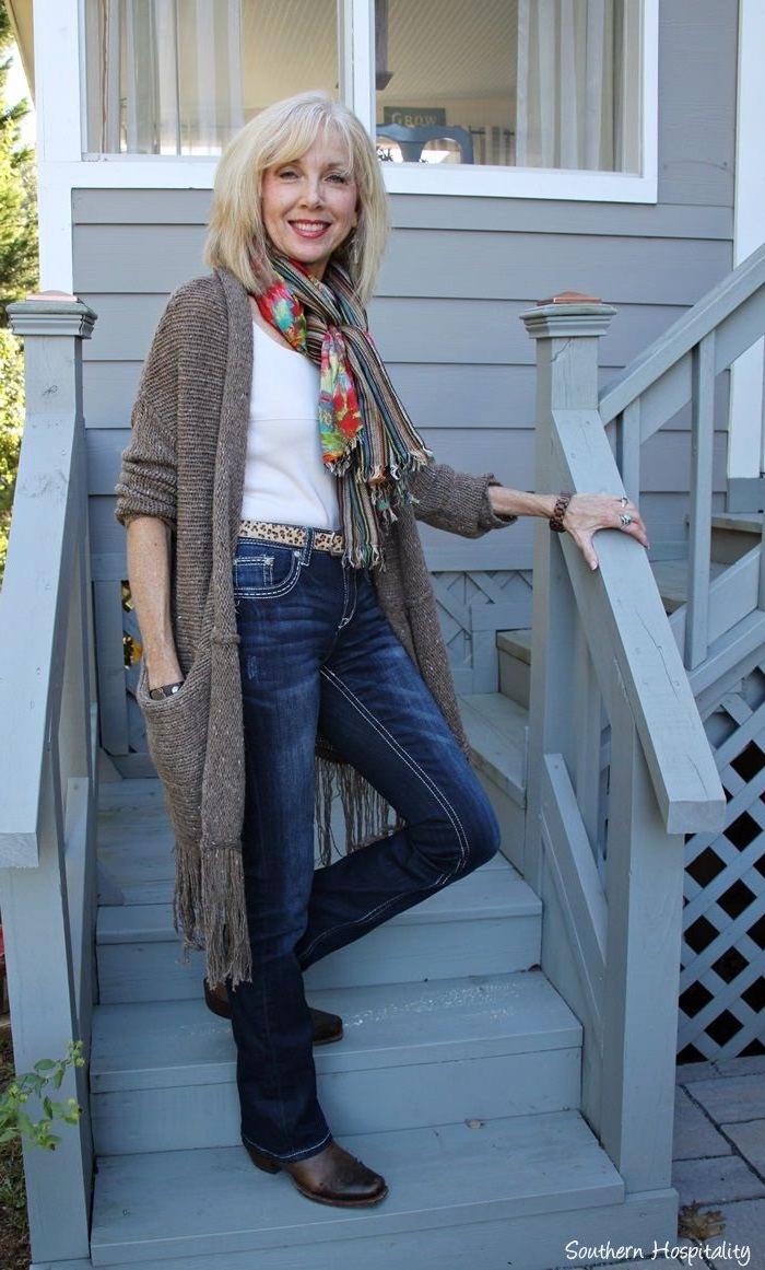 exemple tenue moderne femme 60 ans habillé en jean tee shirt blanc gilet tricot et écharpe tricot coloré