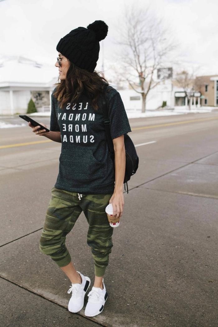 fille swag bonnet pompon noir baskets blanches vêtements de sport femme pantalon vert kaki