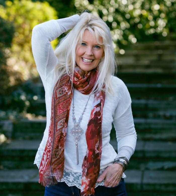 garde robe idéale pour femme de 60 ans chemise blanc élément dentelle jean bleu écharpe coloré transparent