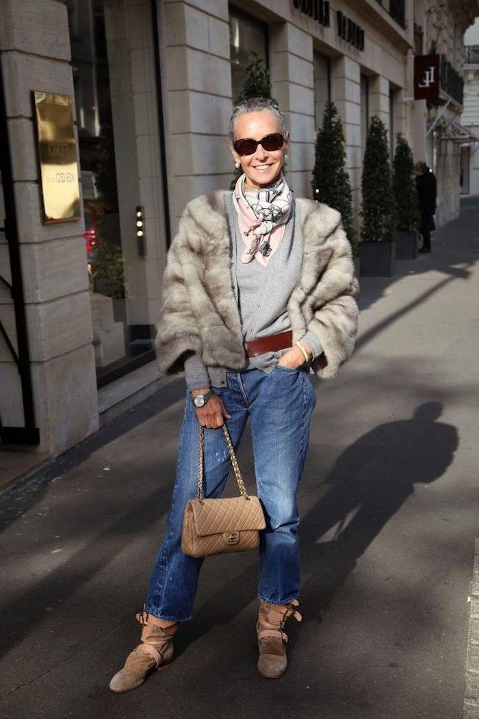gilet et pull gris et manteau peau animal court jean femme 60 ans fichu original tenue chic femme