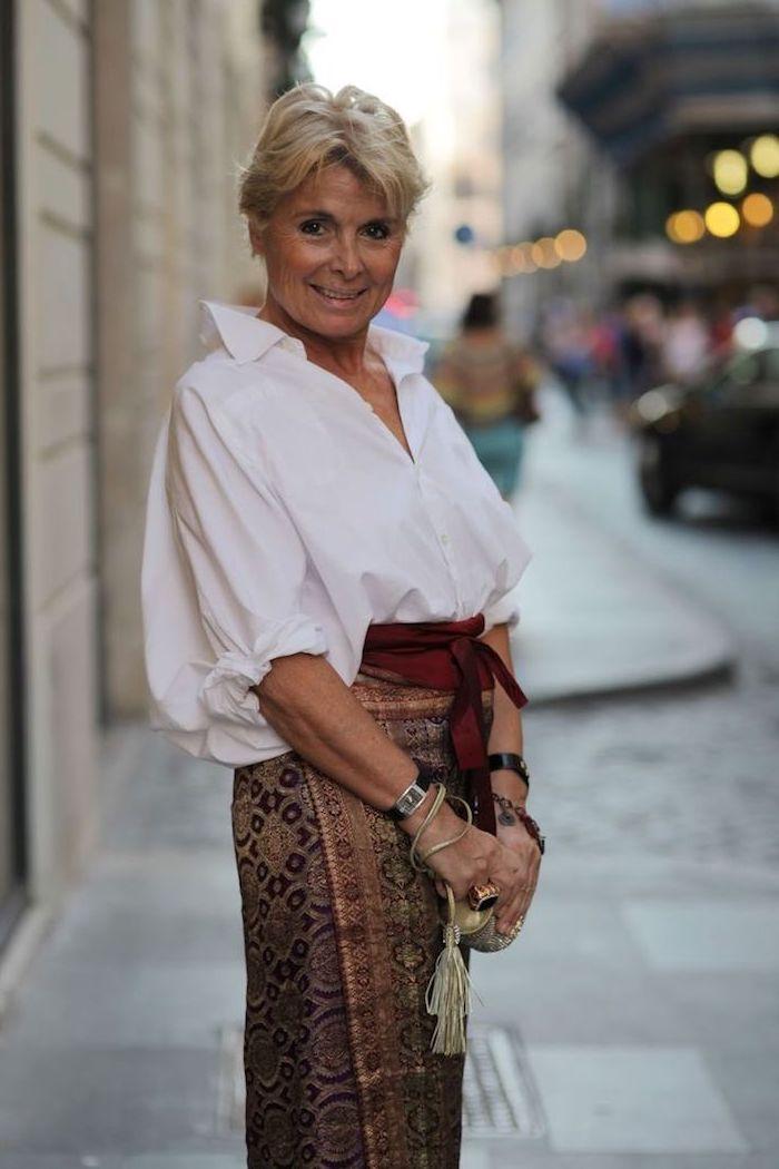 idée de chemise à manches bouffantes ceinture rouge et jupe orientale colorée accessoires originaux