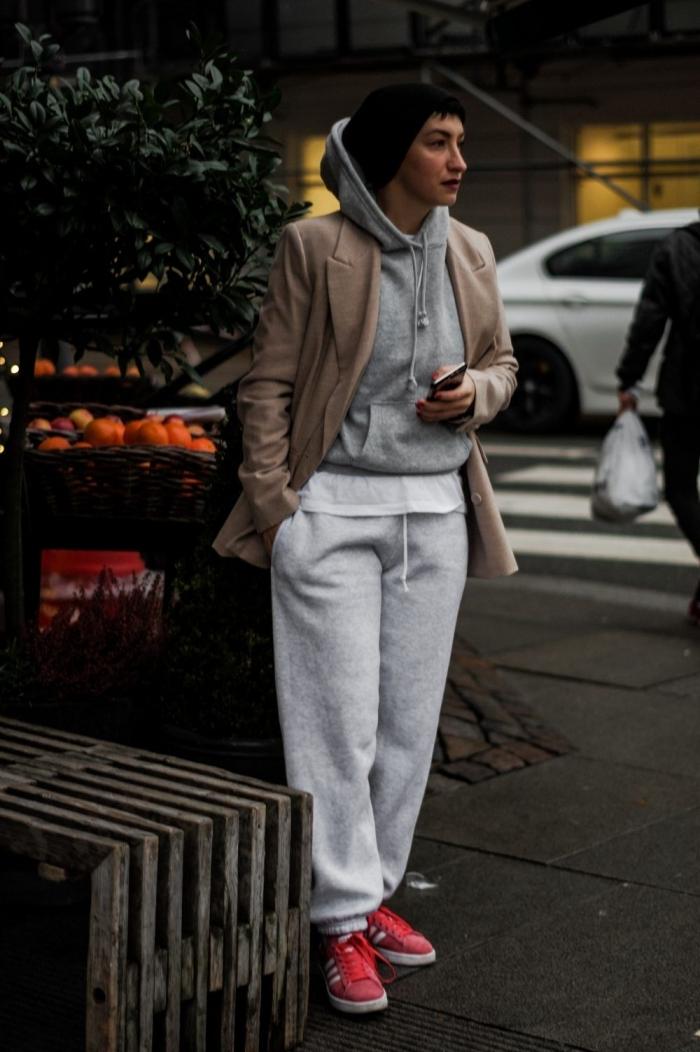 image swag femme style vestimentaire sportif pantalon coton blanc baskets roses sweat capuche gris