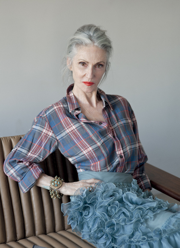 jupe bleue à froufrous et chemise en carré bleu et rouge look moderne femme 60 ans