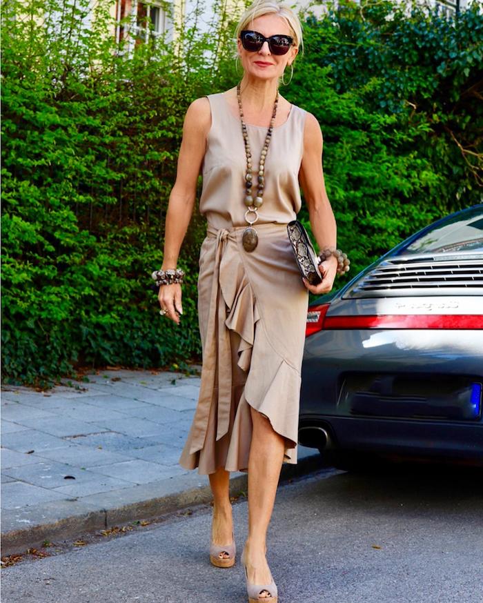 jupe et top couleur beige accessoires originaux mode femme 60 ans occasion speciale