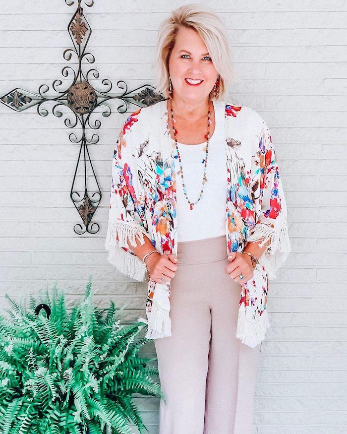 la mode femme 60 ans gilet poncho coloré imprimé fleuri tee shirt blanc pantalon gris clair