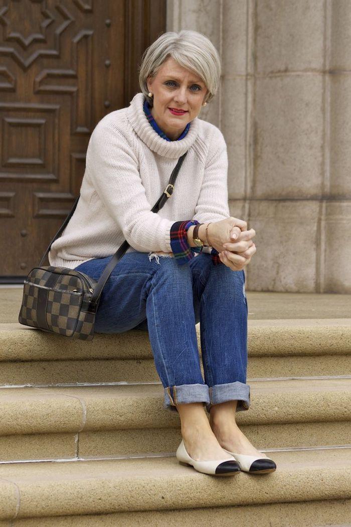 look femme 50 ans 60 ans pull blanc avec chemise carreaux en dessous jean bleu sac badoulière tendance