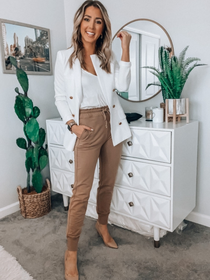 look jogging femme chic blazer blanc boutons or accessoires montre or chassures nude talons
