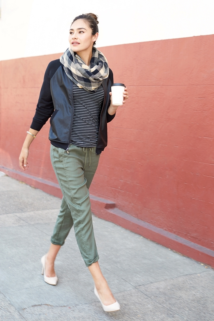 look jogging femme chic pantalon vert kaki couleur blouse rayure blanc et noir veste noire