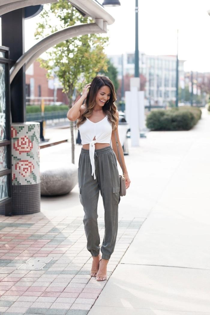 pantalon jogging femme couleur gris top crop noué blanc accessoires sandales transparentes