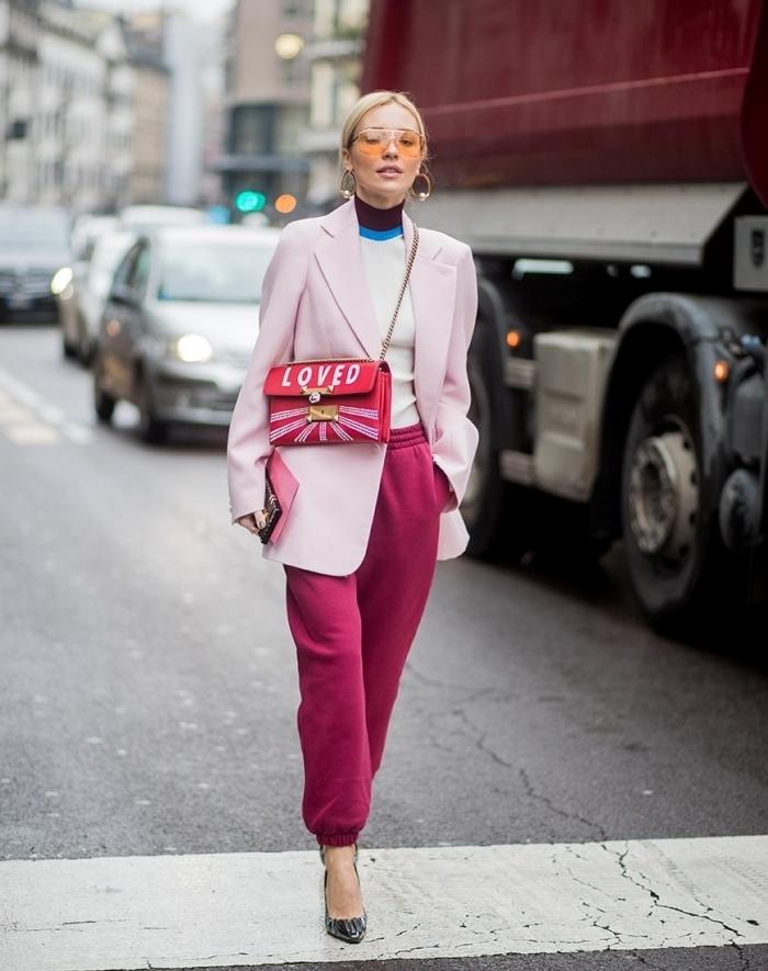 pantalon jogging femme habillée couleur rose fuschia chaussures talons blazer rose pastel