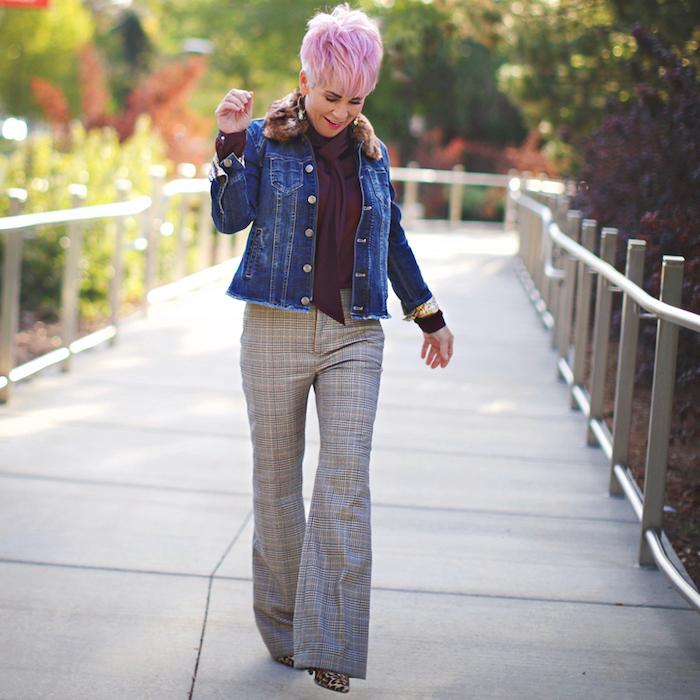 pantalon motif tartan chemise couleur bordeaux veste en jean coupe de cheveux femme 60 ans coloration rose veste denim, look moderne pour femme de 60 ans